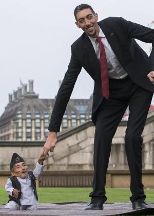 Chandra Bahadur Dangi (à esquerda), do Nepal, o menor homem do mundo, posa para fotos com o homem mais alto do mundo, Sultan Kosen, da Turquia, durante um ensaio do Guinness World Records, em Londres, Inglaterra. Dangi possui 54 cm de altura, a mesma que seis latas de feijão empilhadas, e Kosen possui 2,51 m - Andrew Cowie/AFP