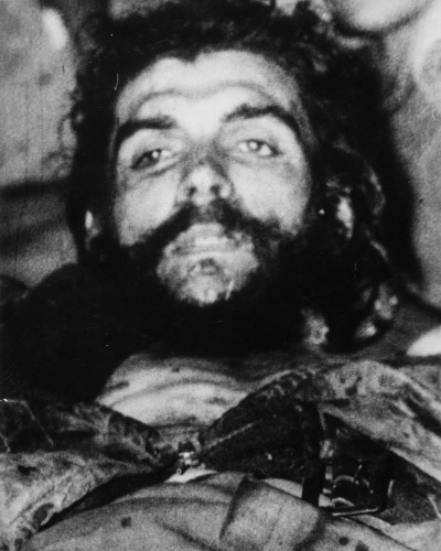 """13.nov.2014 - Corpo de Ernesto """"Che"""" Guevara em foto tirada logo após sua morte, em Vallegrande, na Bolívia. Foi Luis Cuartero, missionário espanhol na Bolívia naquela época, que levou as fotos para a Espanha, poucos dias após a morte do guerrilheiro"""