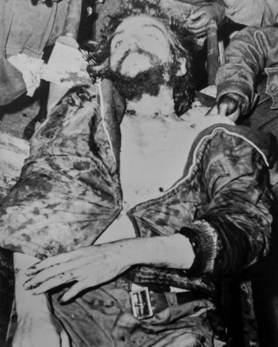 """13.nov.2014 - Corpo de Ernesto """"Che"""" Guevara em foto tirada logo após sua morte, em Vallegrande, na Bolívia. Foi Luis Cuartero, missionário espanhol na Bolívia naquela época, que levou as fotos para a Espanha, poucos dias após a morte do guerrilheiro. Em algumas fotos, ele aparece a jaqueta ainda no corpo sujo e em outras o corpo aparece limpo e parece posicionado para ser exposto"""