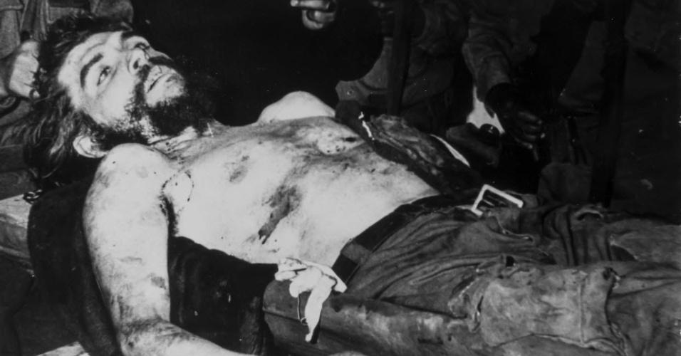 """13.nov.2014 - Corpo de Ernesto """"Che"""" Guevara em foto tirada logo após sua morte, em Vallegrande, na Bolívia. Imanol Arteaga, sobrinho do missionário espanhol que guardou as fotos de """"Che"""", disse que a sua família não tinha nenhuma simpatia especial pelo líder revolucionário, e por isso as imagens acabaram esquecidas por décadas"""