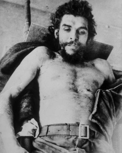 """13.nov.2014 - Foto do dia 10 de outubro de 1967 mostra o corpo do líder-revolucionário Ernesto """"Che"""" Guevara em hospital de Vallegrande, na Bolívia. Acredita-se que as fotos seja de autoria de Marc Hutten, jornalista francês da Agence France Presse (AFP), que morreu em março de 2012"""