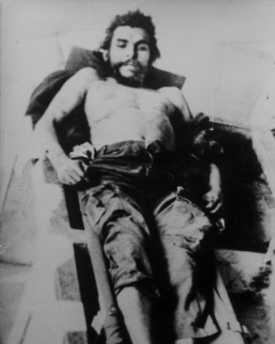 """13.nov.2014 - Foto do dia 10 de outubro de 1967 mostra o corpo do líder-revolucionário Ernesto """"Che"""" Guevara em hospital de Vallegrande, na Bolívia. Oito fotos originais tiradas de """"Che"""" logo após a sua morte foram reveladas.Elas foram mantidas em uma casa de família na aldeia Castilistar, na província espanhola de Saragoça"""