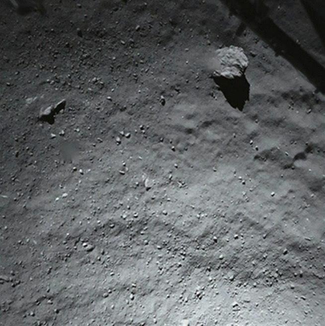 13.nov.2014 - Imagem cedida pela ESA (Agência Espacial Europeia) nesta quinta-feira (13) mostra uma foto capturada pela câmera de alta resolução Osiris, que está alocada na sonda Rosetta, para tentar identificar o lugar de aterrissatem do módulo Philae sobre a superfície do cometa 67P/Churyumov-Gerasimenko