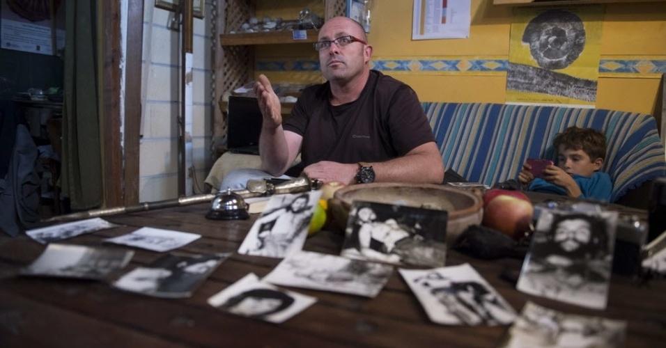 """13.nov.2014 - Imanol Arteaga, sobrinho do missionário Luir Cartero, mostra as fotos do corpo de """"Che"""" Guevara que seu tio levou para Espanha na década de 1960. Arteaga acredita que as fotos que conseguiu sejam de autoria de Marc Hutten, jornalista francês da Agence France Presse (AFP), que morreu em março de 2012"""