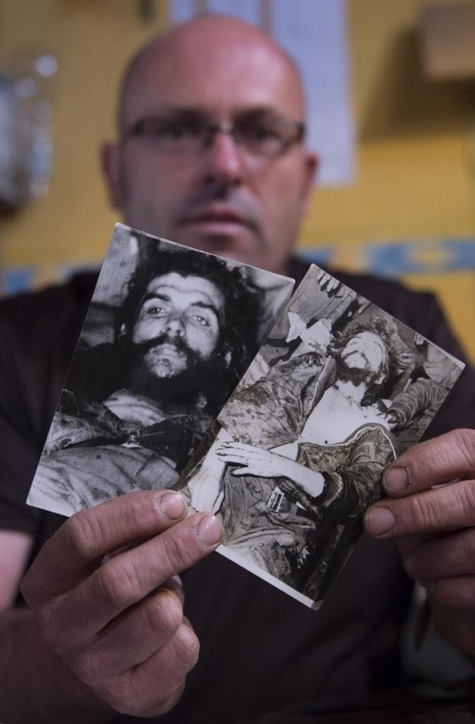 """13.nov.2014 - Imanol Arteaga, sobrinho do missionário Luir Cartero, mostra as fotos do corpo de """"Che"""" Guevara que seu tio levou para Espanha na década de 1960. Em algumas, ele aparece a jaqueta ainda no corpo sujo e em outras o corpo aparece limpo e parece posicionado para ser exposto"""