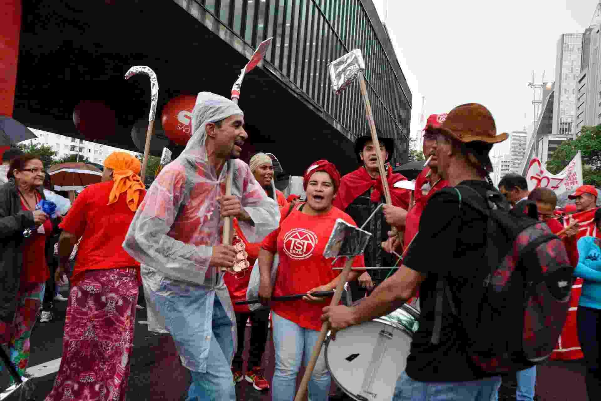 """13.nov.2014 - Manifestantes  concentrados em frente ao vão livre do Masp, na avenida Paulista, em São Paulo, exibem réplicas de machados durante ato por """"reformas populares"""" nesta quinta-feira (13). De acordo com policiais militares que acompanham o ato, cerca de 12 mil pessoas estão presentes. Os organizadores estimam em 15 mil - Fernando Zamoura/ Futura Press/ Estadão Conteúdo"""