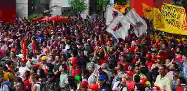 Manifestantes se concentram no vão livre do Masp, na avenida Paulista, em São Paulo, para a Marcha Popular pelas Reformas, nesta quinta-feira (13). A marcha, organizada por movimentos sindicais e sociais, reivindica reformas estruturais como urbana, agrária, tributária e a democratização dos meios de comunicação, além da realização de uma constituinte para reforma do sistema político - Fernando Zamoura/ Futura Press/Estadão Conteúdo