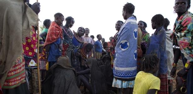 Meninas da etnia Pokot são cobertas com peles de animais logo após passarem por um rito de circuncisão