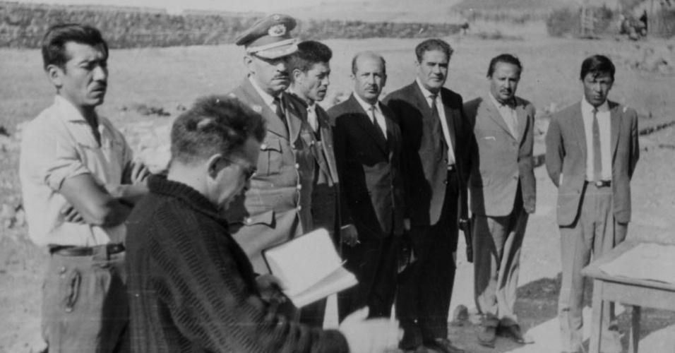 """13.nov.2014 - Na imagem sem data, o missionário Luis Cuartero (segundo à esq.) celebra missa na Bolívia. Ele levou fotos do corpo de """"Che"""" Guevara para a Espanha"""