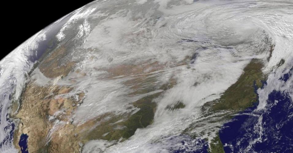 13.nov.2014 - Satélite da Nasa (agência espacial americana) captura tempestade que trouxe frio para os Estados Unidos e o Canadá. A imagem mostra a neve nas montanhas rochosas da região
