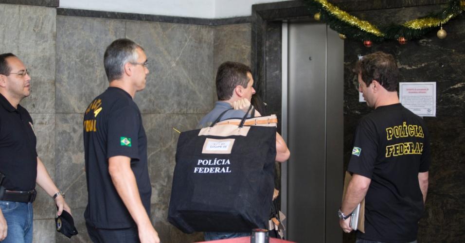 14.nov.2014 - Agentes da Polícia Federal chegam à sede da instituição com material apreendido no Rio de Janeiro. Os policiais realizam operação de busca e apreensão e cumprem 27 mandados de prisão contra executivos e outros investigados na Operação Lava Jato