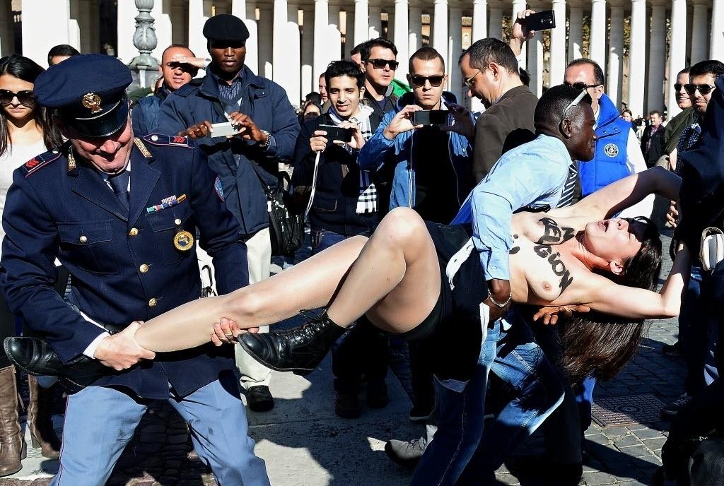 14.nov.2014 - Ativista do Femen foi detida nesta sexta-feira (14) após protesto na praça São Pedro, no Vaticano, contra a visita do Papa Francisco ao parlamento da União Europeia, por apoiarem distanciamento entre política e religião