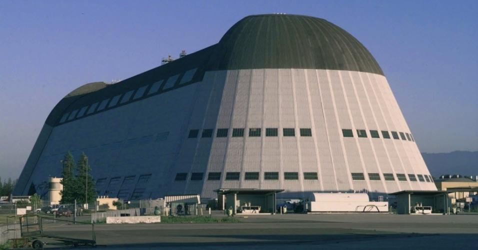 14.nov.2014 - O Google assinou um contrato de 60 anos com a Nasa por US$ 1,16 bilhão para alugar um histórico hangar no Vale do Silício.  A Nasa, que opera atualmente as instalações do Vale do Silício, disse que o Google planeja utilizar parte do espaço para pesquisa sobre a exploração espacial, assim como robótica e outras tecnologias emergentes. As instalações, próximas à sede central do Google em Mountain View (Califórnia), têm capacidade para acolher seis estádios de futebol. O edifício foi construído no Campo Moffett da Marinha no ano 1932 e se tornou a base do programa de zepelins da Marinha americana no litoral oeste