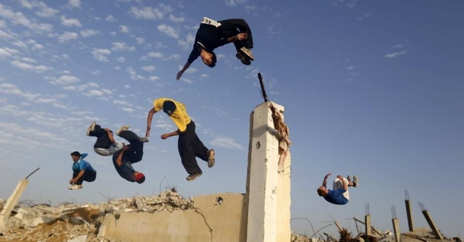 14.nov.2014 - Jovens palestinos praticam parkour sobre as ruínas de casas, na faixa de Gaza, que foram destruídas durante a guerra de 50 dias entre Israel e militantes do Hamas ocorrida entre julho e agosto deste ano