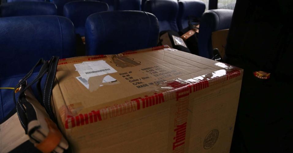 14.nov.2014 - Malotes com documentos e detidos da Operação Lava Jato são transportados em micro-ônibus da sede da Polícia Federal, na Lapa, zona oeste de São Paulo (SP), nesta sexta-feira (14), com destino ao Aeroporto Internacional de Guarulhos (SP)