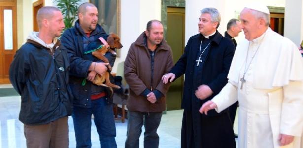 O papa Francisco se encontra com sem-teto no Vaticano, em foto de dezembro de 2013 - Osservatore Romano/Reuters