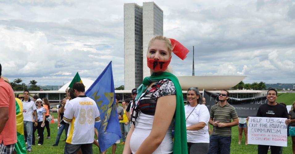 15.nov.2014 - Grupo formado nas redes sociais protesta na tarde deste sábado (15) em Brasília pedindo o impeachment da presidente Dilma Rousseff. Os manifestantes se reuniram em frente ao Congresso Nacional e depois realizaram passeata até a rodoviária da cidade. A Polícia Militar não havia feito estimativa de número de participantes