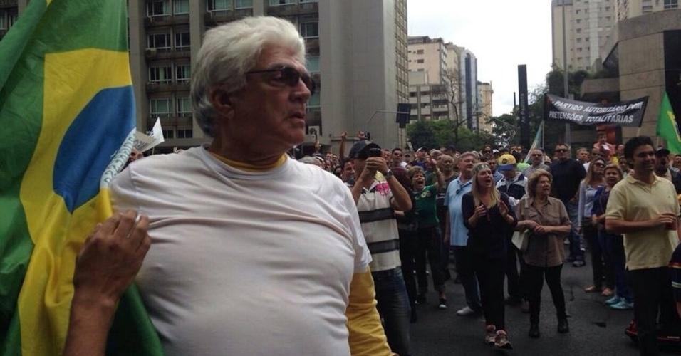 15.nov.2014 - Manifestantes pedem o impeachment da presidente Dilma Rousseff (PT) durante protesto na avenida Paulista, região central de São Paulo. Segundo a Polícia Militar, o ato teve a participação de 2.500 pessoas. A PM havia estimado anteriormente a presença de 6.000 pessoas, mas a assessoria de imprensa da corporação refez a estimativa