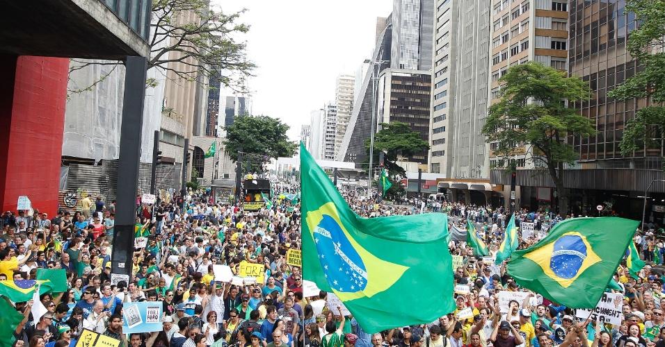 15.nov.2014 - Manifestantes pedem o impeachment da presidente Dilma Rousseff (PT) durante protesto na avenida Paulista, região central de São Paulo. Segundo estimativa da Polícia Militar, o ato tem a participação de 6 mil pessoas