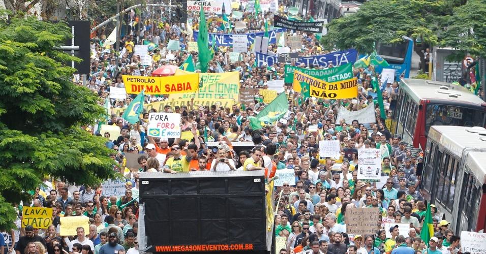15.nov.2014 - Manifestantes pedem o impeachment da presidente Dilma Rousseff (PT) durante protesto na avenida Paulista, região central de São Paulo. Segundo a Polícia Militar, o ato teve a participação de 2.500 pessoas. A PM havia estimado anteriormente a presença de 6.000 pessoas, mas a assessoria de imprensa da corporação refez a estimativa.