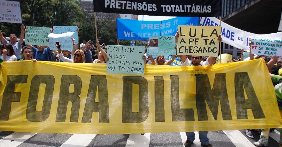 15.nov.2014 - Manifestantes pedem o impeachment da presidente Dilma Rousseff (PT) durante protesto na avenida paulista, reunião central de São Paulo, neste sábado (15)