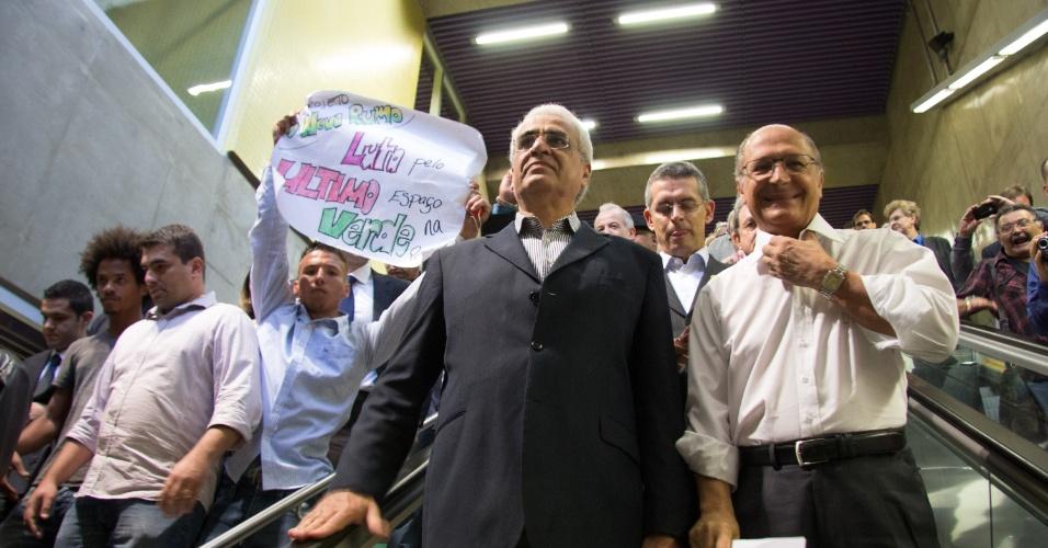 15.nov.2014 - Metroviários protestam durante a inauguração da estação Fradique Coutinho do Metrô, na zona oeste de São Paulo, na manhã deste sábado (15). O governador Geraldo Alckmin (PSDB, à esq.), participou do evento