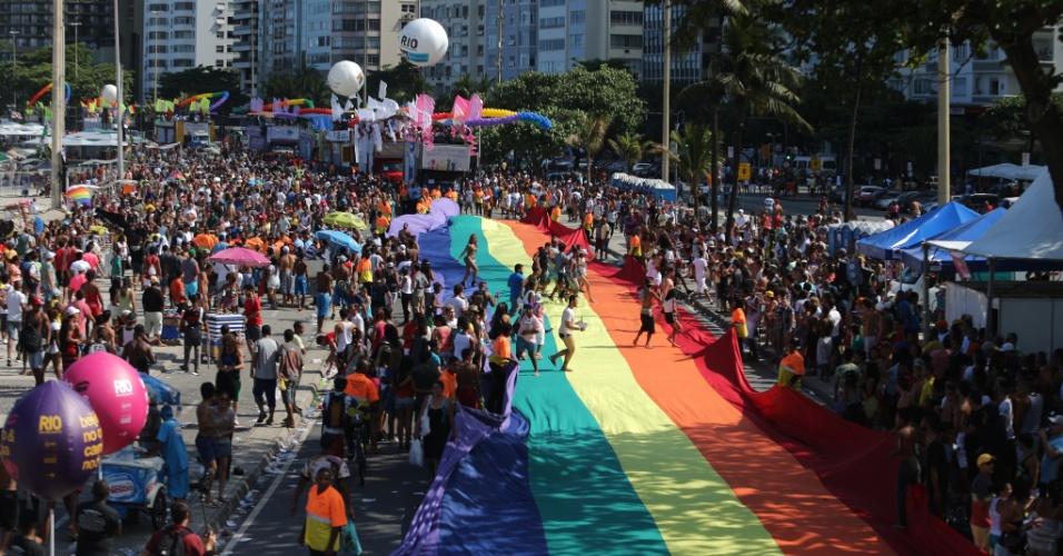 16.nov.2014 - Bandeira com as cores do arco-íris forra orla da praia de Copacabana, na zona sul do Rio, durante a 19ª Parada do Orgulho LGBT. O tema do evento é