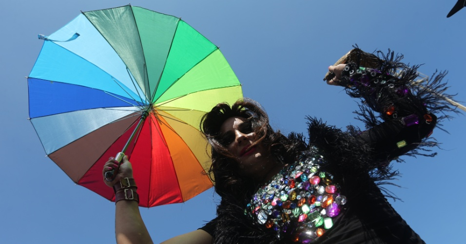16.nov.2014 - Participante da 19ª Parada do Orgulho LGBT, que acontece neste domingo (16) na orla da praia de Copacabana, na zona sul do Rio