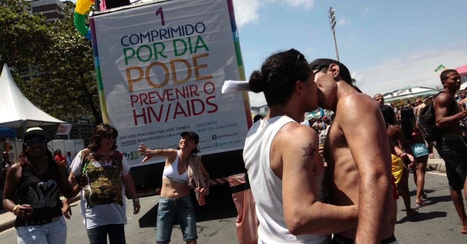 16.nov.2014 - Participantes da 19ª Parada do Orgulho LGBT, que acontece neste domingo (16) na orla da praia de Copacabana, na zona sul do Rio, se beijam durante o evento