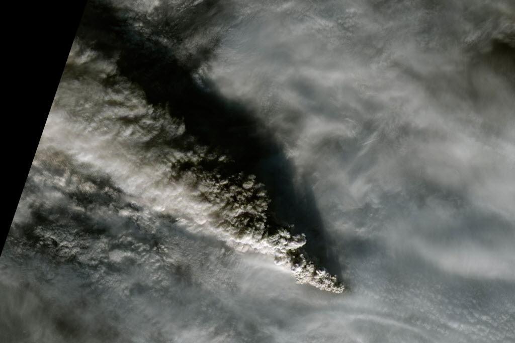 16.nov.2014 - Nuvem de fumaça expelida pelo vulcão Pavlof, no Alasca, é vista nesta imagem divulgada pela Nasa. O vulcão expeliu cinzas a uma altitude de 9 km, o suficiente para fazer com que várias companhias aéreas evitassem o espaço aéreo nessa região