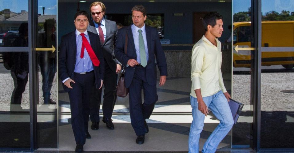 17.nov.2014 - Advogados dos executivos presos na 7º etapa da Operação Lava Jato são fotografados na sede da Polícia Federal em Curitiba, na manhã desta segunda-feira (17)