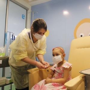 Alexandra Munoz, 5, que perdeu os cabelos devido à quimioterapia para tratar um tumor maligno no cérebro