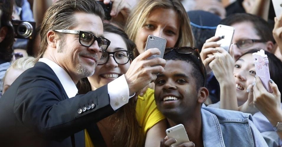 17.nov.2014 - Ator Brad Pitt faz selfie com fãs na chegada à pré-estreia do filme 'Unbroken', de Angelina Jolie, no State Theatre em Sydney, na Austrália. O filme é um drama que se passa durante a Segunda Guerra e foi dirigido por Jolie