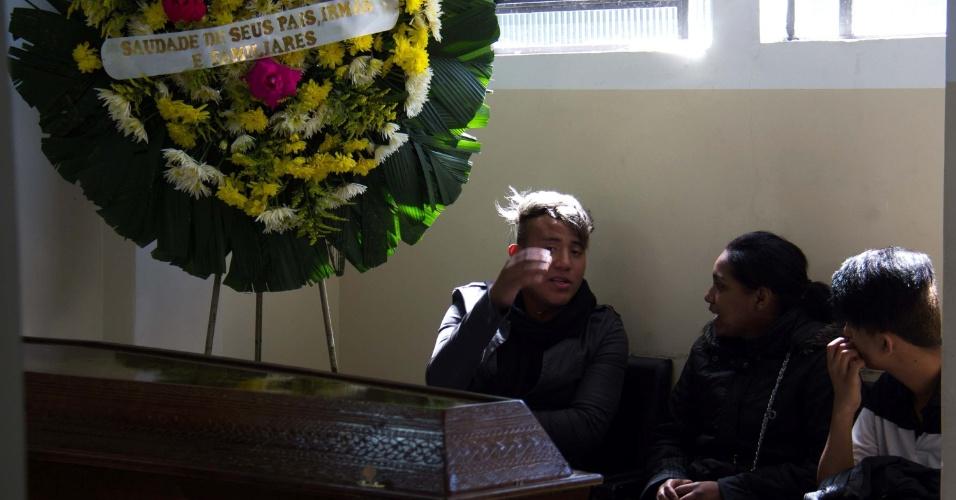 17.nov.2014 - Corpo do jovem Marcus Vinicius Macedo Souza, 19, é velado no cemitério Vila Nova Cachoeirinha, em São Paulo, na manhã desta segunda-feira (17). O jovem foi assassinado na madrugada deste domingo (16) a facadas próximo ao parque Ibirapuera, na zona sul da cidade