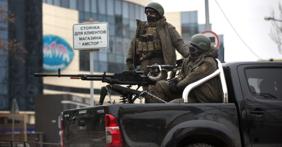 17.nov.2014 - Homens armados pró-Rússia ficam de guarda em veículo montado com metralhadoras nesta segunda-feira (17) no centro da cidade ucraniana de Donetsk. De acordo com autoridades de segurança de Kiev, sete soldados ucranianos e três policiais foram mortos no leste da Ucrânia nas últimas 24 horas