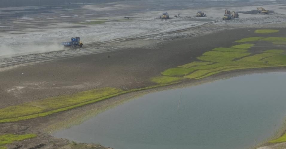 17.nov.2014 - Imagem aérea mostra o leito seco do rio Kaliganga, em Dhaka (Bangladesh). O rio Kaliganga é um afluente do rio Padma, um dos principais rios do país