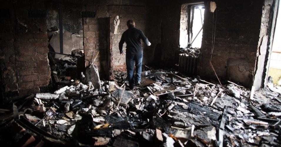 17.nov.2014 - Um homem caminha pelos escombros de um apartamento destruído nesta segunda-feira (17) durante um bombardeio no bairro de Kuibachevsky, em Donetsk, na Ucrânia. Mesmo com o acordo de cessar-fogo entre a Ucrânia e a Rússia, os ataques não pararam na região. O presidente ucraniano, Petro Poroshenko, declarou que seu país está