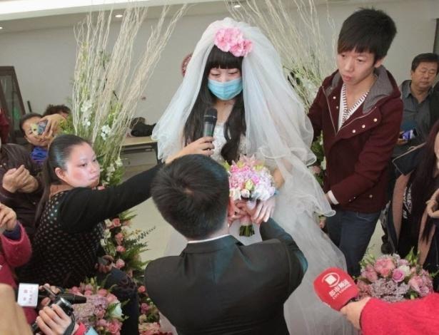 18.nov.2014 - A noiva Fan Huixiang, uma paciente de 25 anos de idade que sofre de câncer terminal, faz os votos ao seu noivo Yu Haining durante seu casamento em um hospital em Zhengzhou, província de Henan, na China
