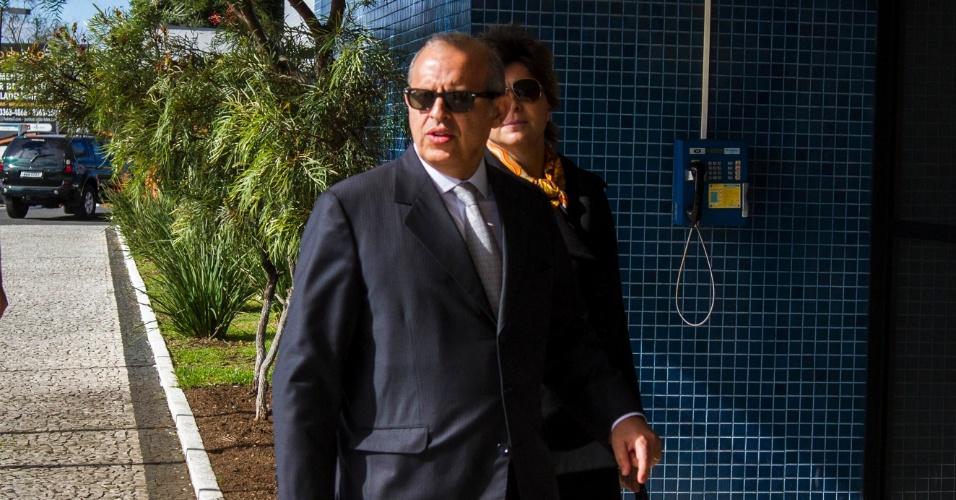 18.nov.2014 - Alberto Toron, advogado dos executivos da UTC, presos durante a 7ª etapa da Operação Lava Jato, chega à sede da Polícia Federal em Curitiba (PR), na manhã desta terça-feira (18). Os executivos que foram presos temporariamente serão soltos hoje e nesta quarta