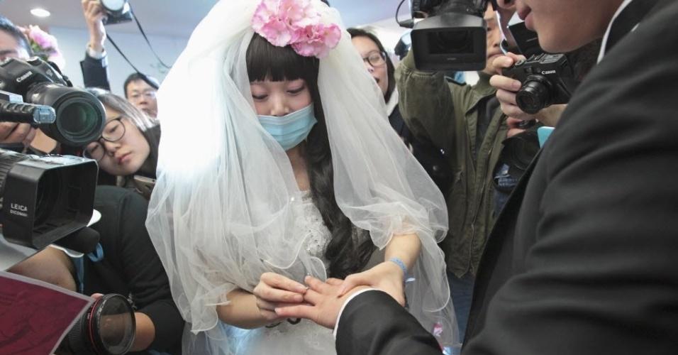 18.nov.2014 - Fan Huixiang, jovem de 25 anos de idade que sofre de câncer terminal, troca alianças com seu noivo Yu Haining, 24, durante cerimônia de casamento realizada em um hospital em Zhengzhou, província de Henan, na China