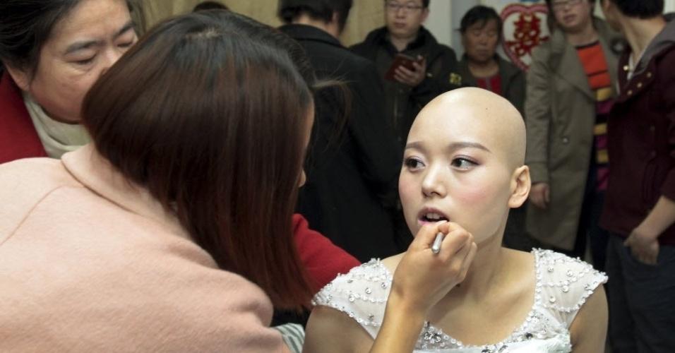 18.nov.2014 - Fan Huixiang, uma paciente de 25 anos de idade que sofre de câncer terminal, é maquiada em sua cama antes de sua cerimônia de casamento, realizada no hospital em Zhengzhou, província de Henan, na China