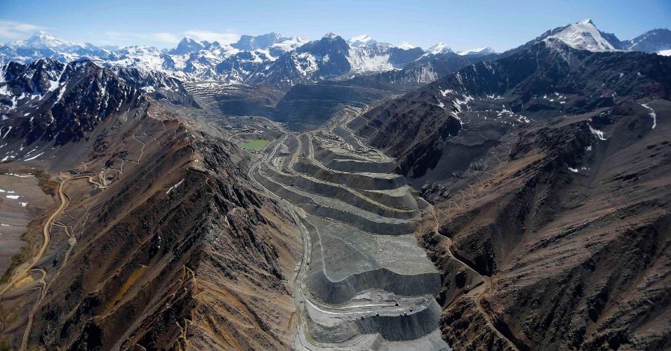 18.nov.2014 - O Greenpeace está pedindo que o governo chileno tenha urgência em uma legislação para proteger esse tipo de geleira, que ajuda a conservar a água e que alimenta os rios subterrâneos