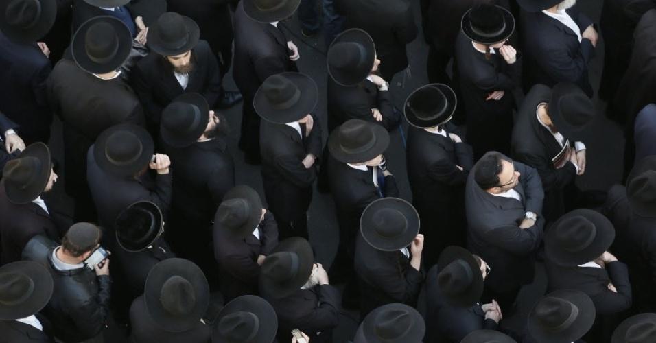18.nov.2014 - Judeus ultra-ortodoxos choram perto dos corpos das vítimas de um ataque a uma sinagoga na vizinhança de Har Nof, em Jerusalém. Dois palestinos armados com uma arma e machados invadiram a sinagoga de Jerusalém e mataram quatro israelenses