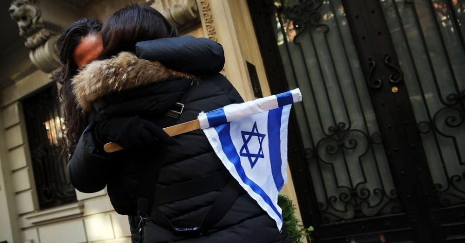 18.nov.2014 - Mulheres se abraçam em manifestação pró-Israel na frente da Missão de Observação Permanente do Estado da Palestina nas Nações Unidas, em Nova York, após a morte de quatro israelenses, mortos por dois palestinos armados em uma sinagoga em Jerusalém