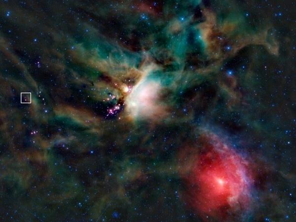 18.nov.2014 - No espaço, as estrelas se formam a partir de nuvens de gás e poeira, como esta na constelação Ophiuchus. Agora, os astrônomos usaram um relógio químico para medir a densidade da nuvem que deu origem a um sistema de estrelas chamado IRAS 16293-2422 (destacado pelo quadrado branco). Os observadores estudaram dois tipos de íons moleculares feitos por dois átomos de hidrogénio e um átomo de deutério (hidrogénio pesado), porque as quantidades relativas dos dois tipos moleculares mudam como a idade da nuvem. As estrelas têm menos de 100 mil anos de idade, mas de acordo com um relatório publicado na Nature, a nuvem tem, pelo menos, um milhão de anos. Isso significa  que ela demorou mais de 900 mil anos para se tornar uma estrela, o que também sugere que a nuvem interestelar que formou nosso sistema solar levou esse tempo para criar o sol