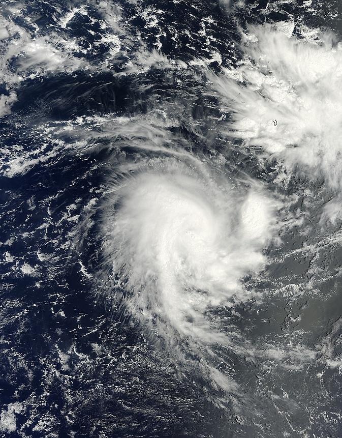 18.nov.2014 - Satélite da Nasa captura uma imagem do oceano Índico, perto da ilha Diego Garcia (território britânico), no momento da passagem do ciclone tropical Adjali. A imagem mostra uma concentração de fortes tempestades em torno do centro da circulação e diversas tempestades que se estendem do centro ao sul, parecendo uma
