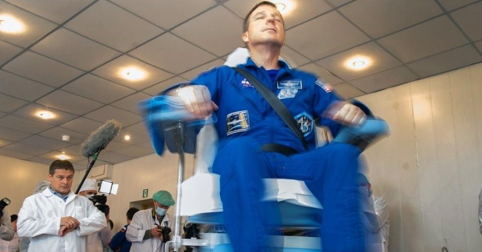 18.nov.2014 - O astronauta Terry Virts faz exames médicos na base espacial de Baikonur, na Rússia. Os membros da tripulação espacial, incluindo o cosmonauta russo Anton Shkaplerov e astronauta italiana da Agência Espacial Europeia (ESA) Samantha Cristoforetti, irão decolar até a Estação Espacial Internacional (ISS) da base do Cazaquistão, no dia 23 de novembro