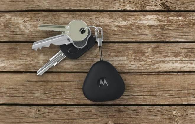 19.nov.2014 - A Motorola lançou o Keylink, um pequeno chaveiro inteligente que ajuda o usuário a nunca mais perder suas chaves, ou basicamente qualquer outro objeto ao qual ele possa estar ligado, como bolsas, malas ou mochilas. O aparelho tem conectividade Bluetooth e se conecta a um celular (Android ou iOS)