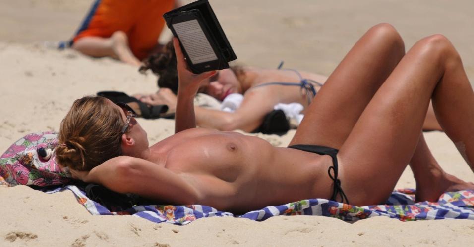 19.nov.2014 - Banhista faz topless na praia de Ipanema, na zona sul do Rio de Janeiro, nesta quarta-feira (19) de sol forte e calor. De acordo com o Climatempo, não há previsão chuva na cidade. A temperatura máxima prevista é 32ºC