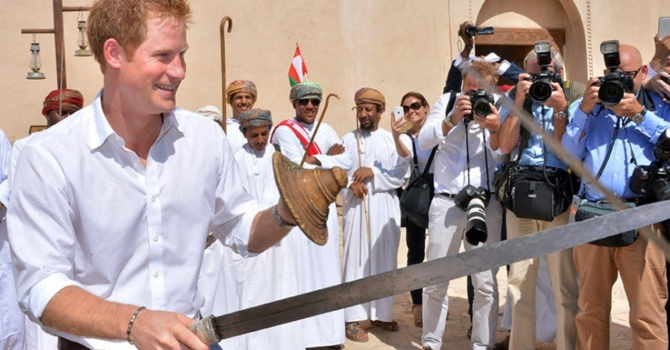 19.nov.2014 - O príncipe britânico Harry (à esq.) tentou aprender como usar uma espada e um escudo nesta quarta-feira (19) em apresentação durante visita histórica à cidade de Nizwa, em Omã